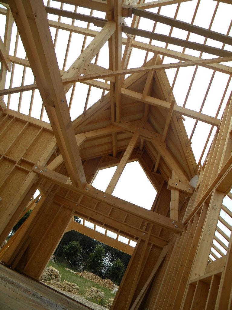 Levage d'une maison ossature bois à étaules (21). Charpente traditionnelle.