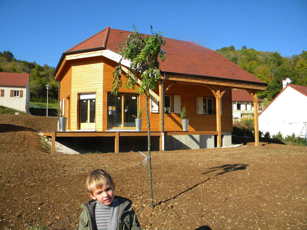 Maison ossature bois Bourgogne et terrasse, bardage traité suncare woodcare de chez Ageka.
