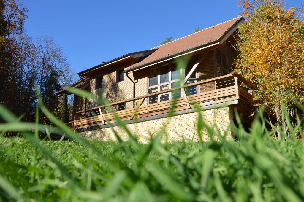 Maison ossature bois et colombage vitré, grands débords de toiture, balustrade design