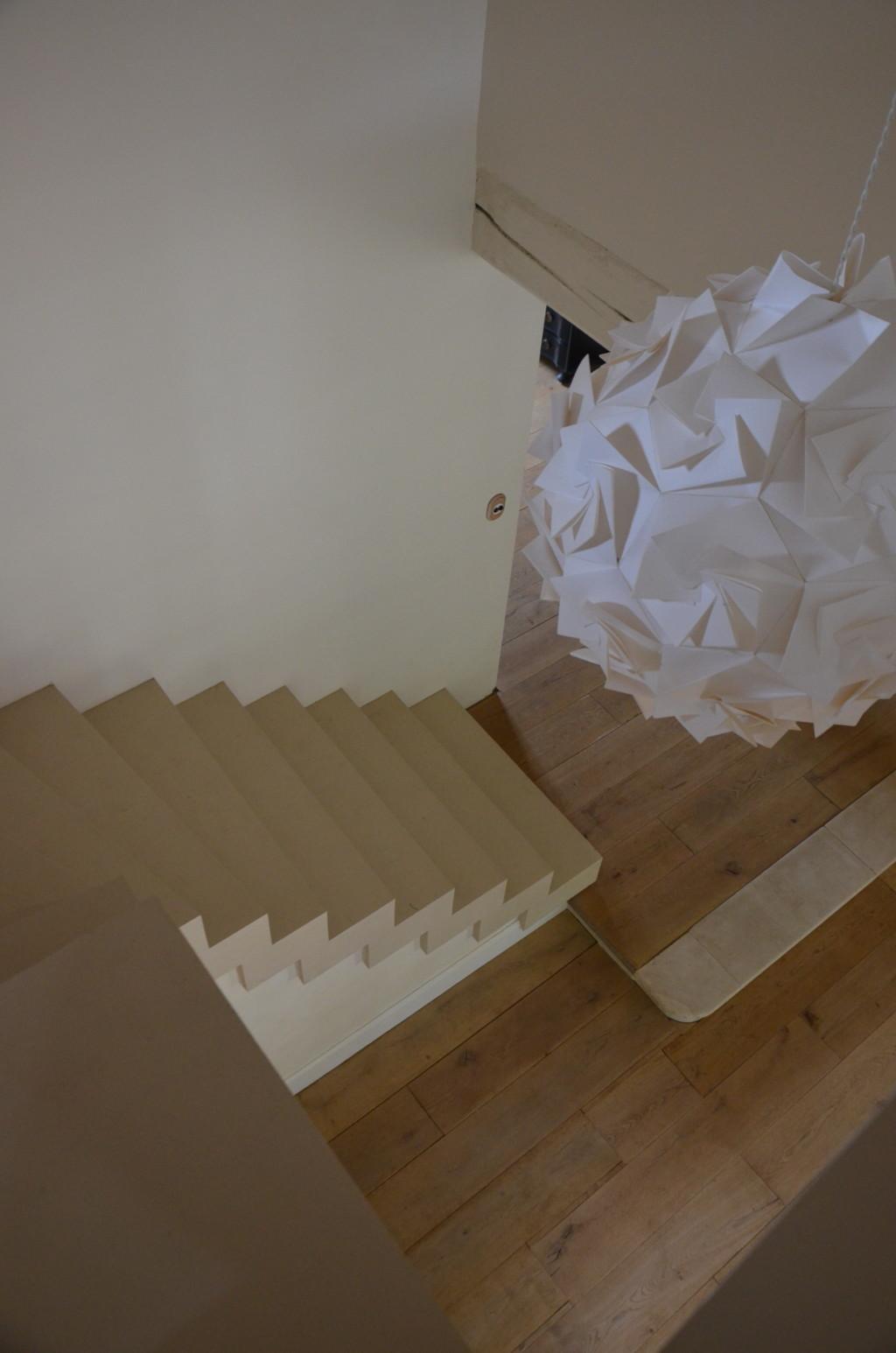 Escalier en lamellé-collé, peint, vu du dessus