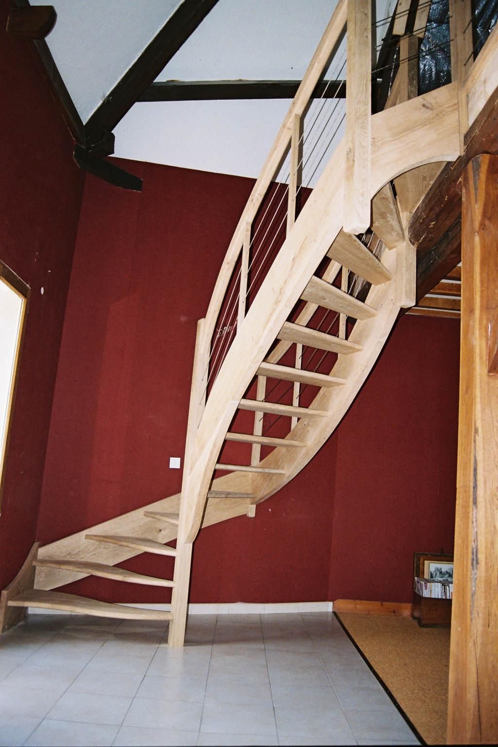 Escalier balancé sans contre-marches, main courante chênes et câbles inox.