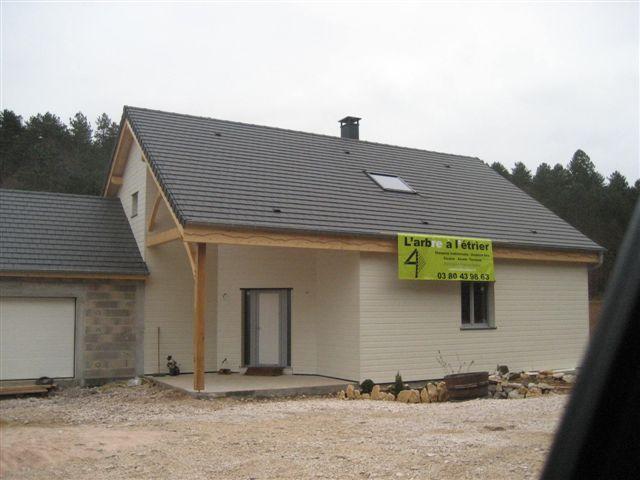 Maison Ossature bois à Velars sur Ouche, isolée en toiture, charpente apparente, bardage Canexel, garage maçonné et enduit.